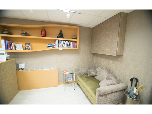 private room equipped with sofa and bookshelf