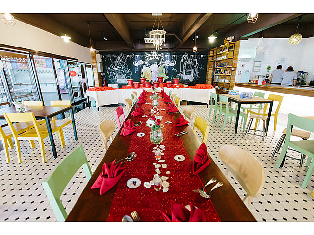 long dining table decoration with red tablecloth