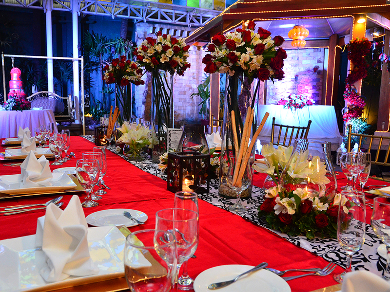 table decoration of intimate wedding dinner