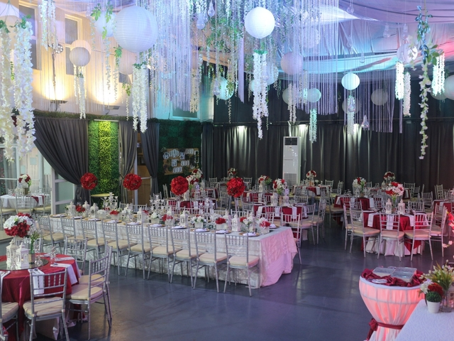 wedding party using long table and round table setup and rose theme