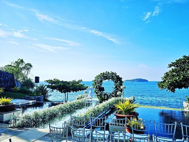 outdoor wedding solemnisation event with sea and sky view