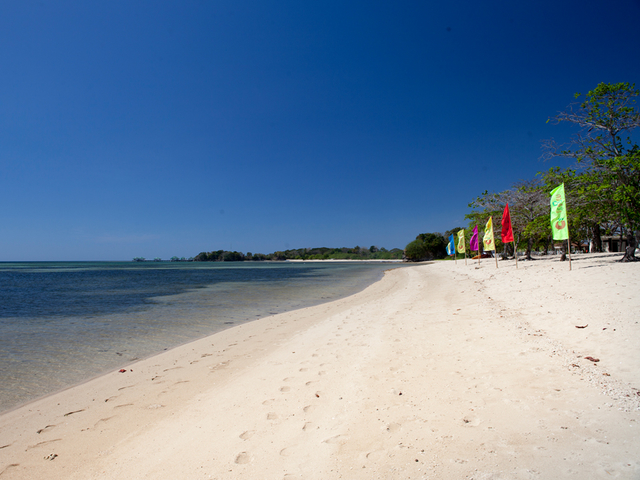 the private beach of aquaria beach resort