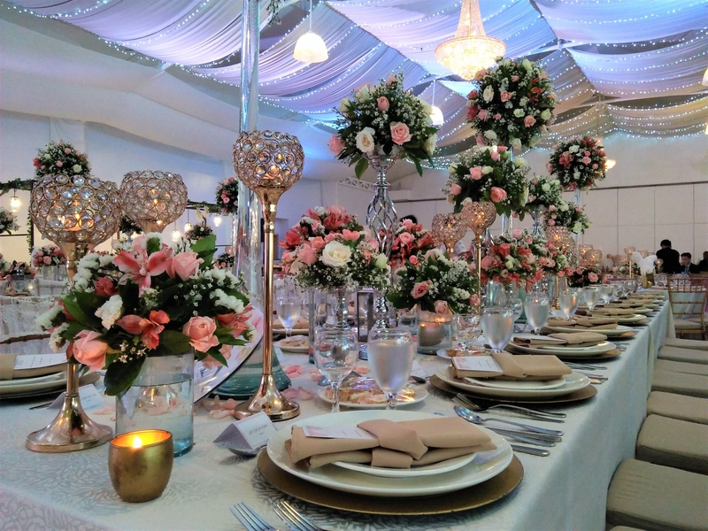 wedding dinner table decoration with high flower vase