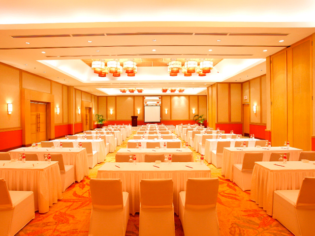 large scale of corporate event with classroom style