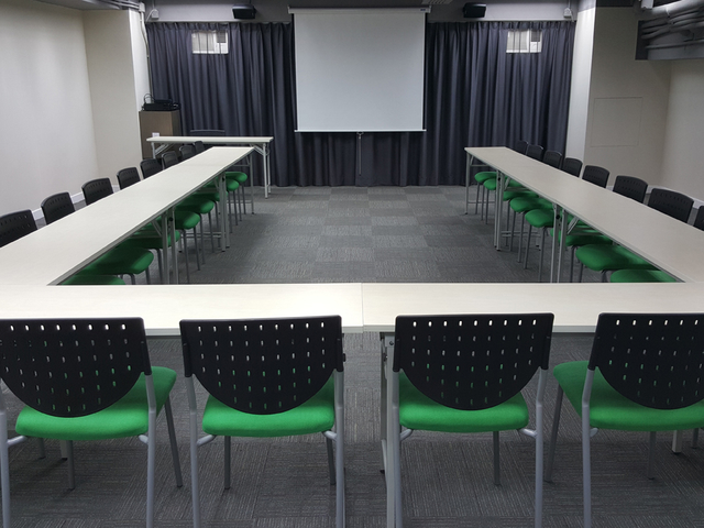 u shape meeting setup equipped with giant screen