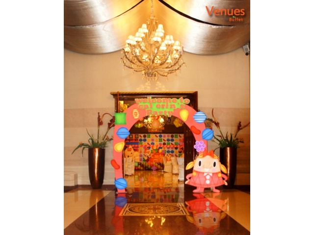 kids birthday party arch decor at entrance