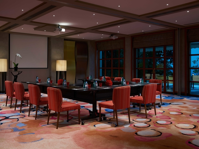 projector screen and high ceiling in singapore meeting room
