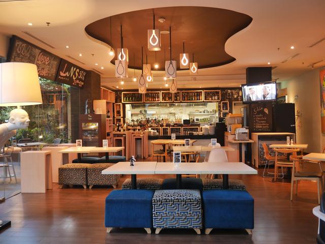 roca restaurant bar artotel surabaya tempat gathering unik
