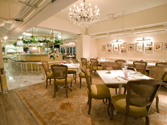 luxury dining setting in restaurant
