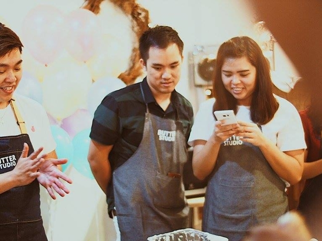 the team of butter studio is chatting during the cake workshop