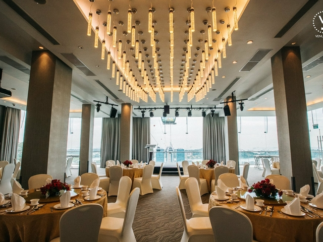 ballroom with backdrop of cable car line and the singapore harbour