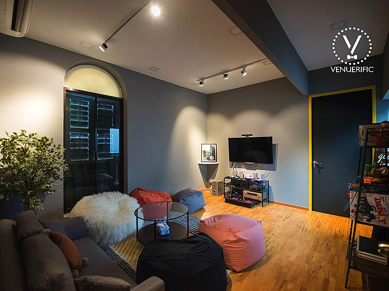 private space with tv screen and beanbag for casual event