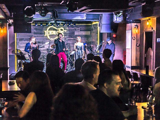 live music at pub singapore at night