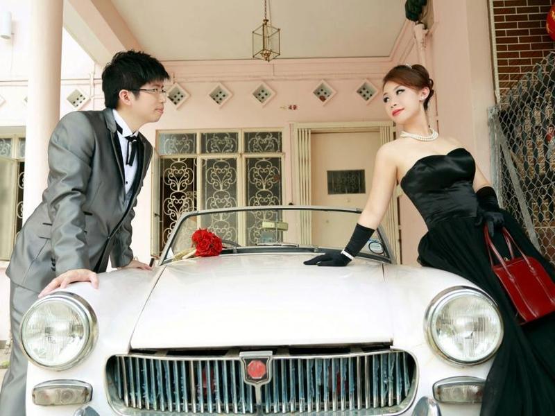 couple do a prewedding shoot with 90's style