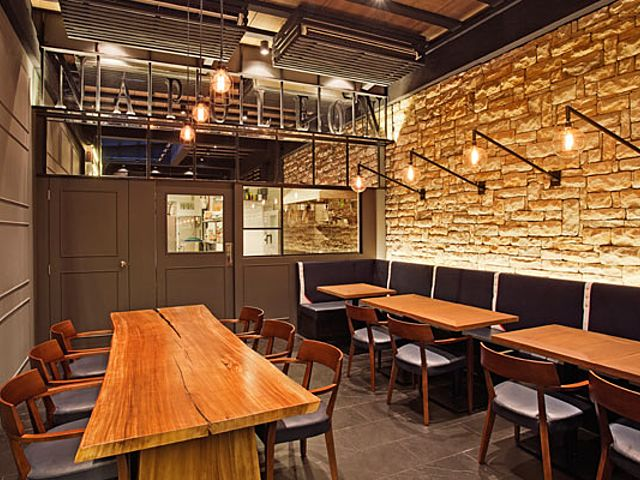 restaurant with cozy vibes decorate with yellow lighting and brick wall
