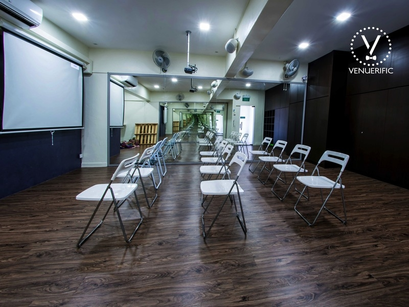 large seminar space in singapore with several projector screen and white chairs