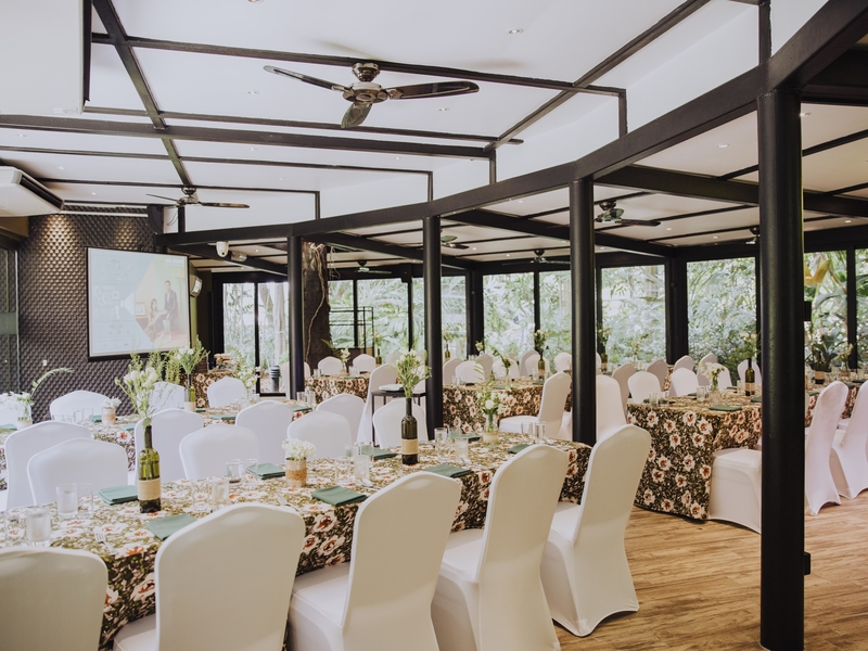 large wedding hall in singapore with patterned table and several black pillars