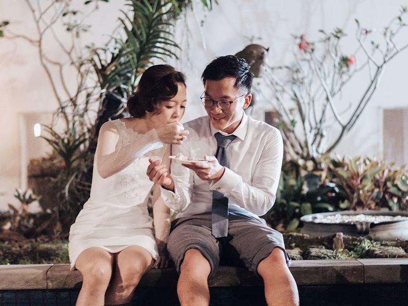 a couple doing prewedding shoot in singapore villa
