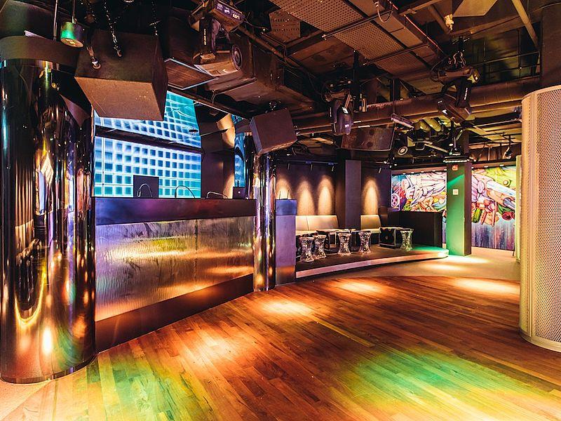 big pillar between wooden dance floor