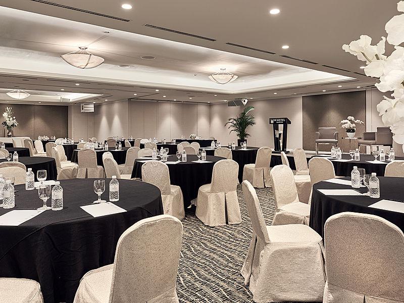 minimalist but elegant gala dinner decotation