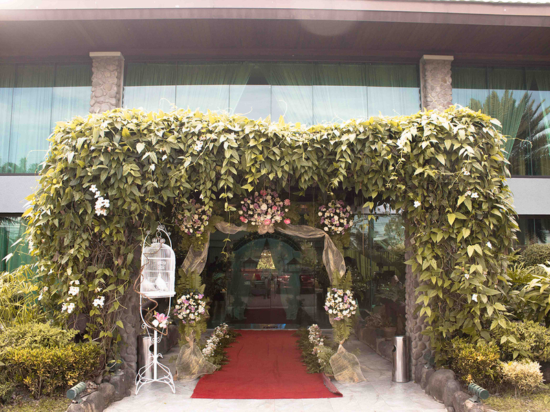 flower arch to the entrance of paradiso terrestre