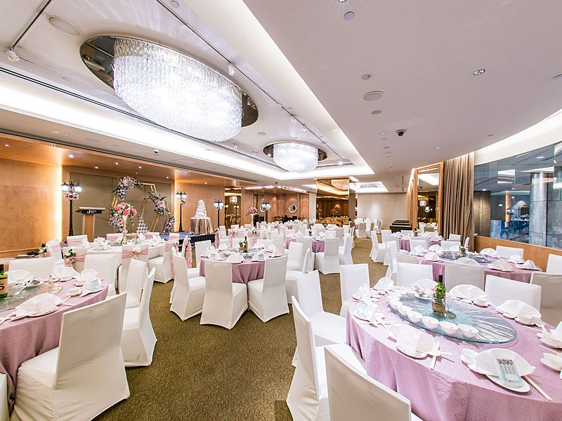 wedding dining table with round table in the ballroom
