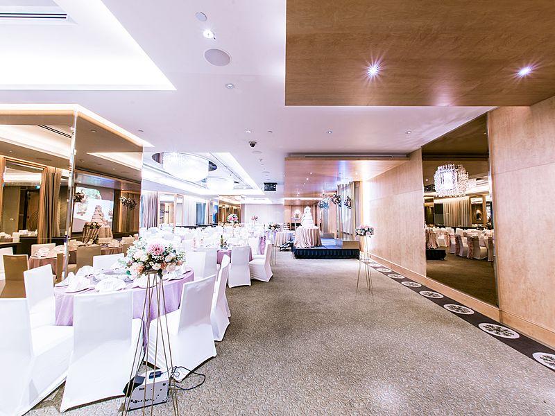 minimalist wedding decoration with flower in ballroom