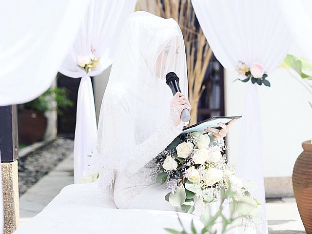 malaysian bride giving speech at her wedding day
