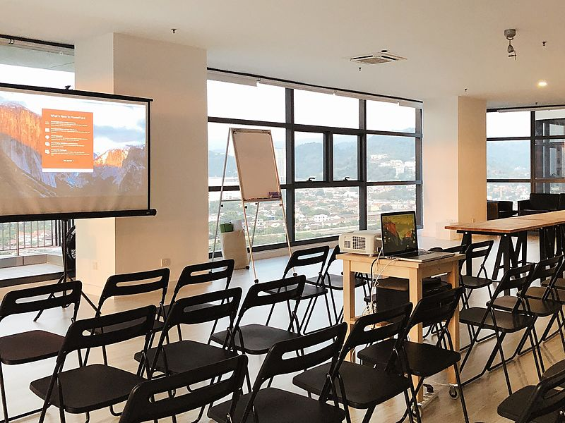 corporate workshop setup using giant screen and standing flipchart