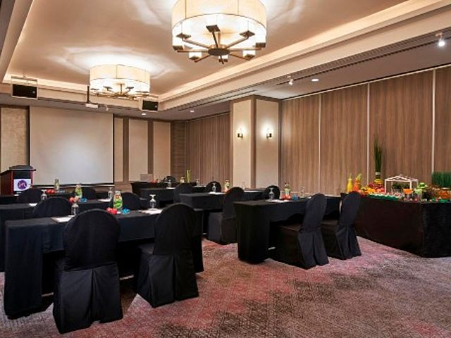 sit down meeting using round table
