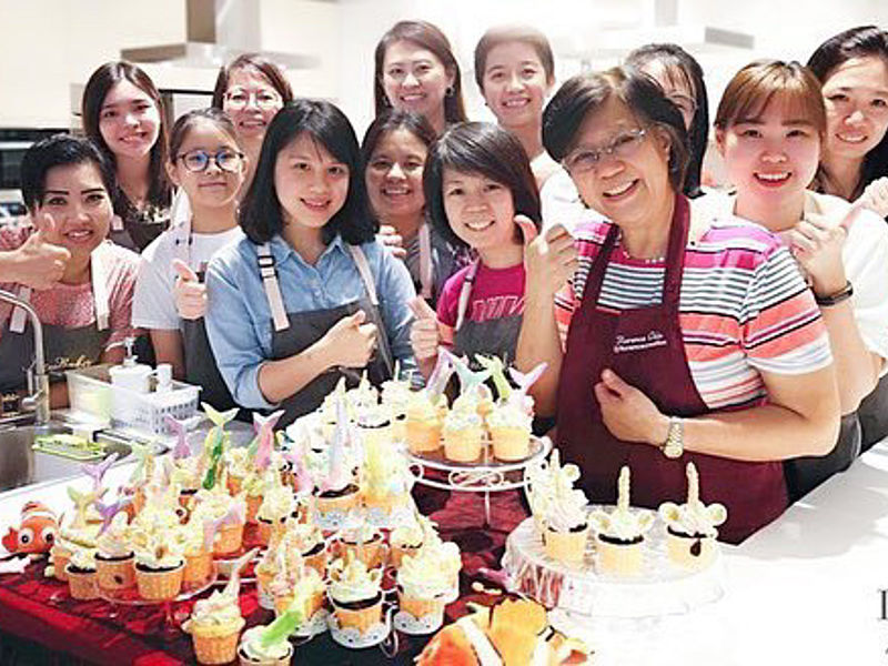 everyone happy after finish workshop cupcake baking