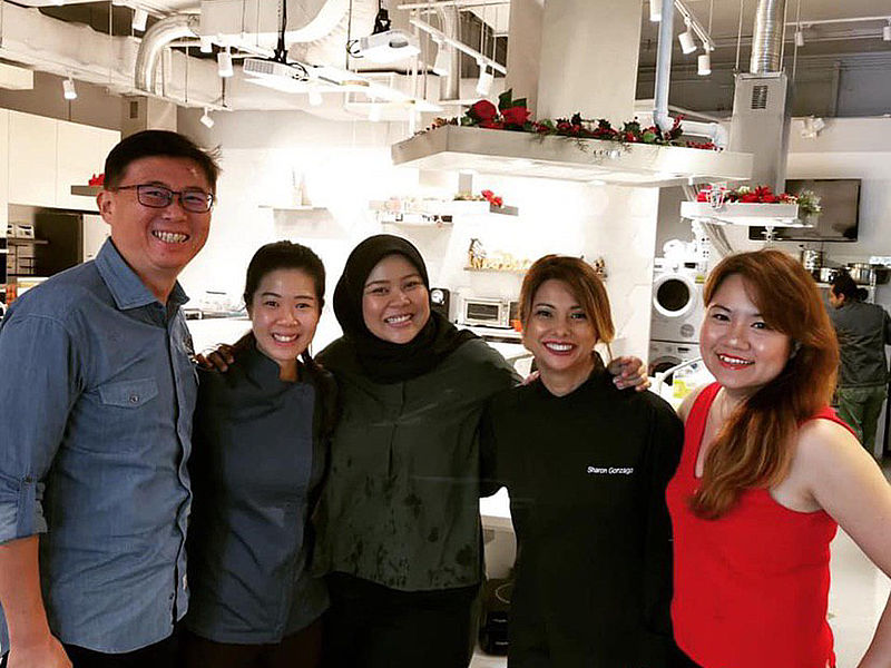 team photo after finish cooking workshop