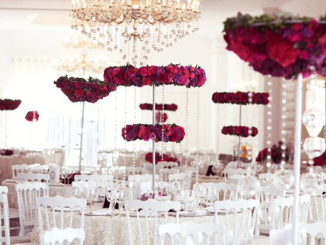 wedding table decoration using red roses