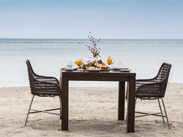 table setup at the beach for couple who celebrate anniversary event