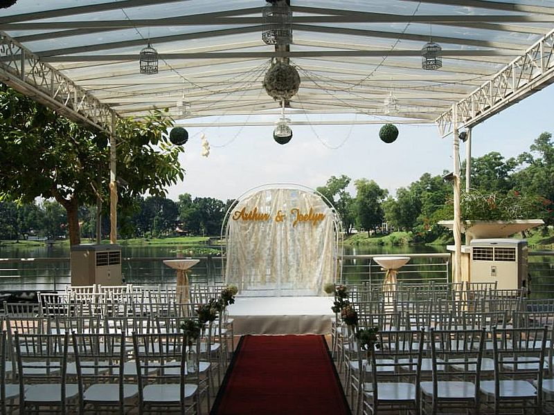 outdoor solemnisation decoration with lake view