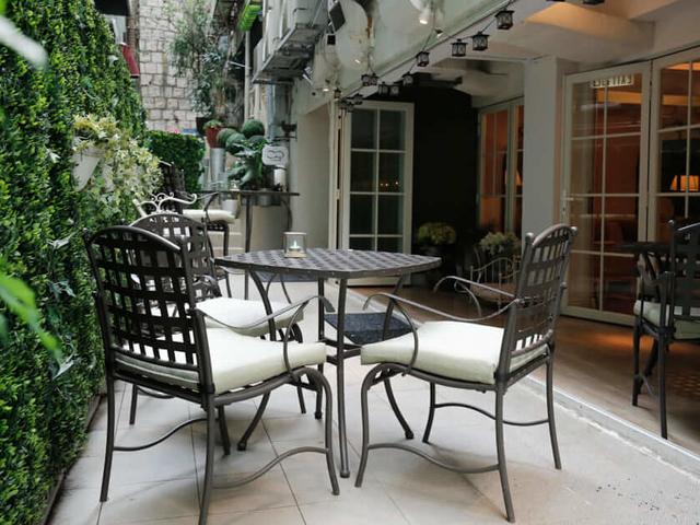 alfresco dining setting in balcony