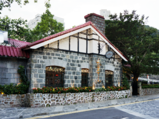the peak lookout restaurant exterior