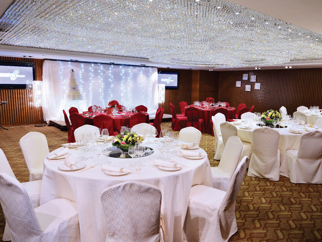 wedding dinner party with round table setup