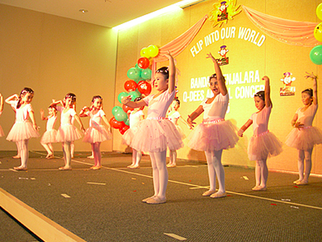 kids ballet performers on the stage
