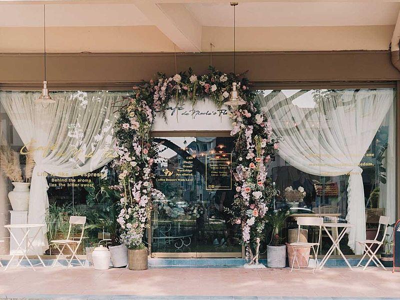 flower door gate of cafe de nicole's flower