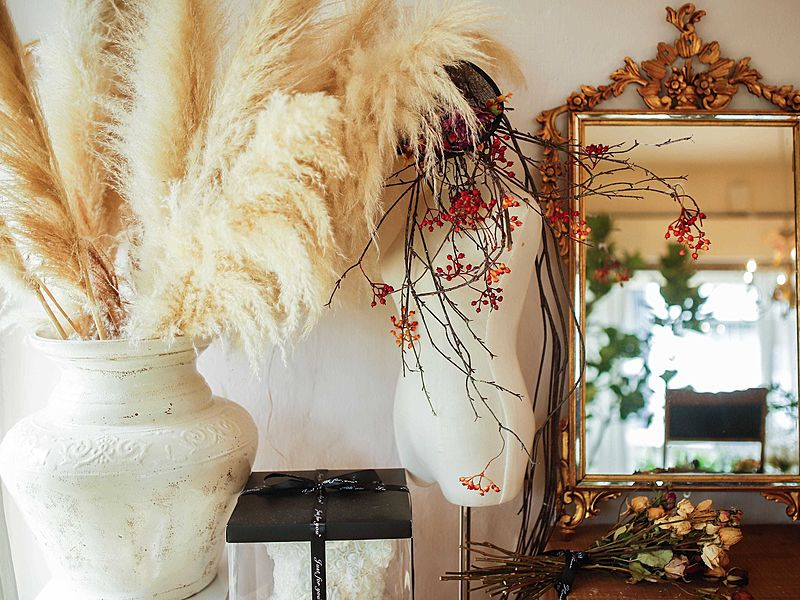 mannequin with big vase and mirror on the table