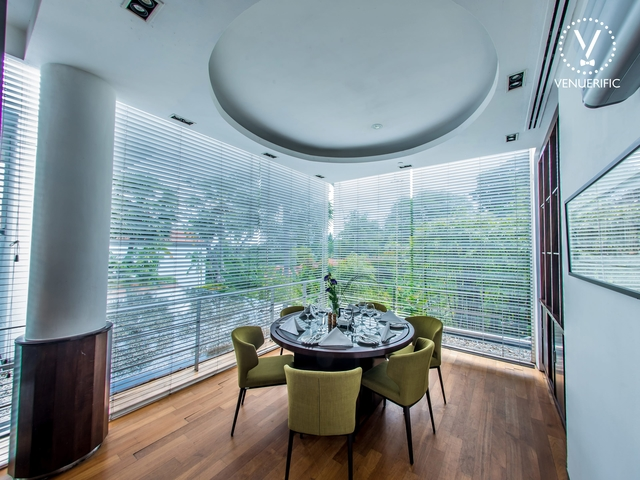private dining room setting for 6 people in round table