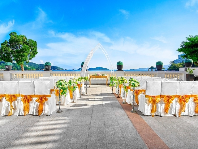 outdoor wedding solemnisation setup with the view of the sea