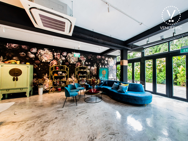 lounge area with floral wallpaper and antique decorations