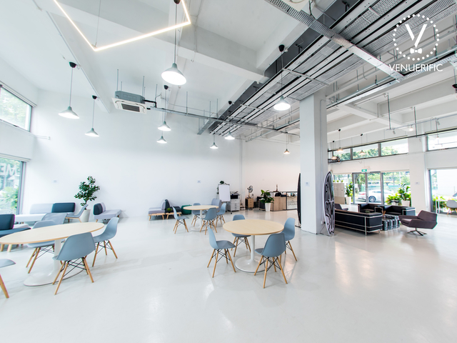 singapore meeting venue with share desk area and round table