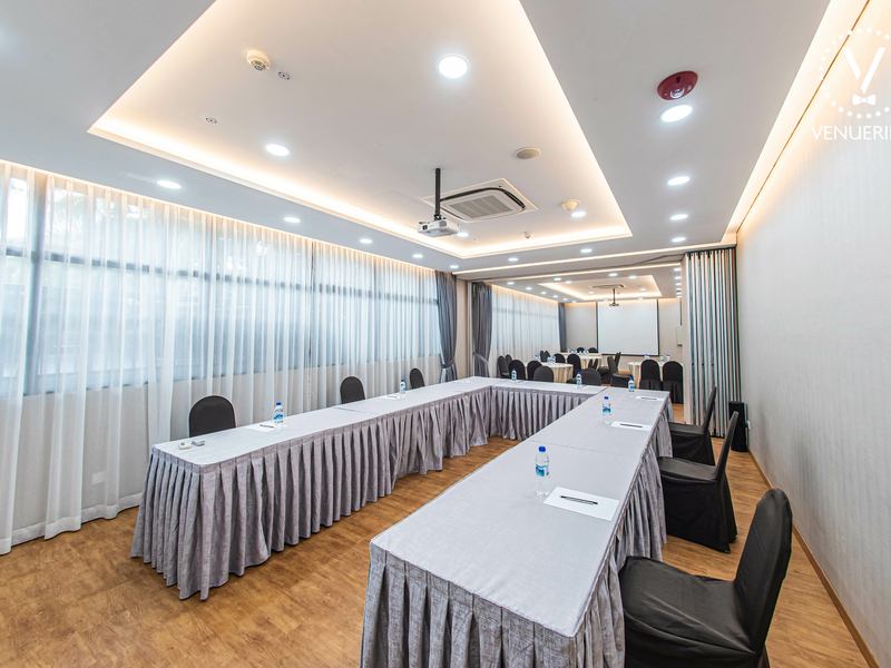 u-shaped meeting room in singapore with projector screen