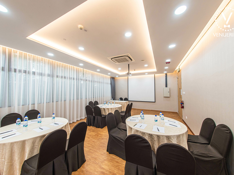 singapore small workshop venue with projector screen and round tables