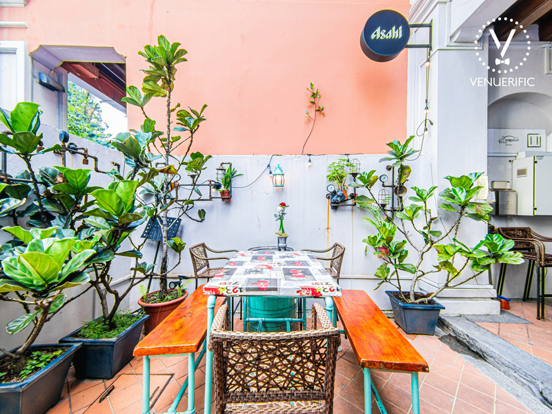 outdoor restaurant with a lot of plants as a decoration