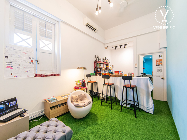 lounge area with artificial grass floor featuring mini bar