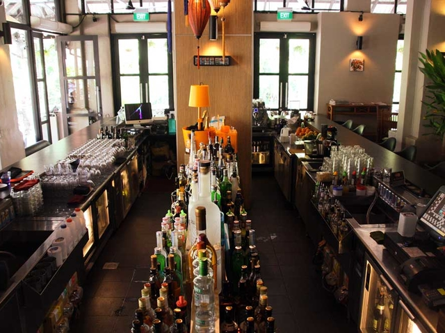 belgian mussels restaurant with bar at the middle of the venue
